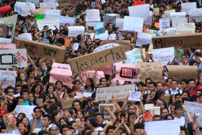 """jóvenes manifiestan su enojo, inconformidad y sus ganas de actuar contra la manipulación. """"Yo soy 132″"""