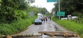 Indígenas bloquean la carretera Ocosingo a Palenque a la altura del crucero Agua Azul, en protesta por la construcción de autopista.