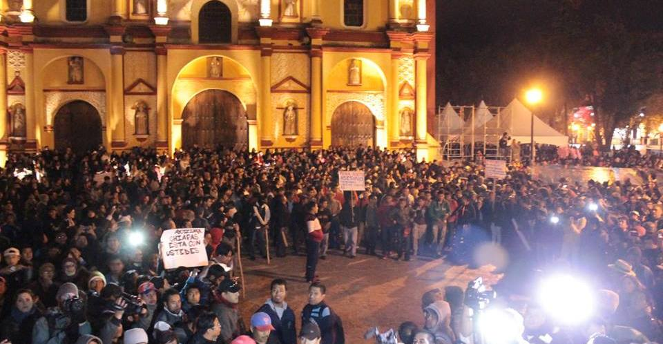 """Con un contundente """"No están solos"""", reciben a padres de normalistas de Ayotzinapa en Chiapas."""