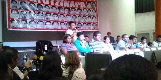 """""""Exigimos respeto a nuestra dignidad, los tiempos de las víctimas no son los tiempos de los políticos"""", padres de Ayotzinapa."""