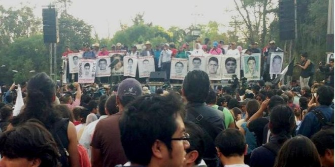 Mitin de padres de familia durante la novena Acción Global por Ayotzinapa