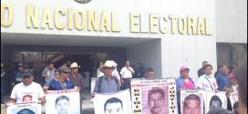 Plantean familias de Ayotzinapa al INE cancelación de elecciones en Guerrero