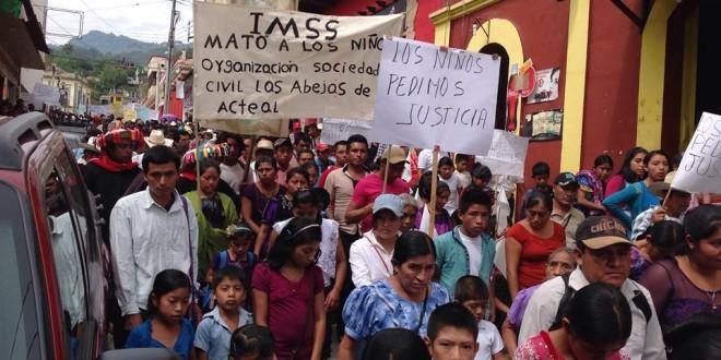 """""""Los bebes no los vamos a cambiar por cinco mil pesos, como ofrece el gobierno de Manuel Velasco"""", afirman en peregrinación en Simojovel Chiapas."""