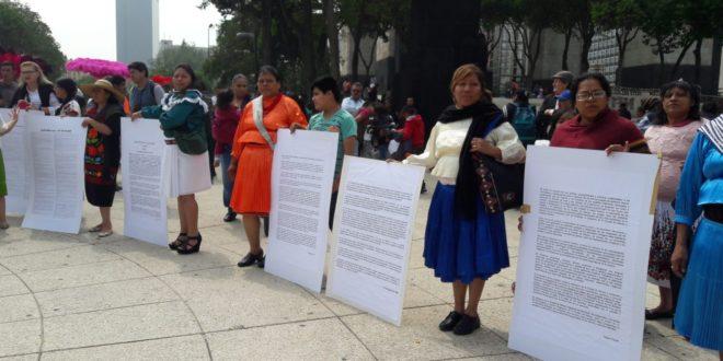 Granaderos de la Ciudad de México agreden a integrantes de pueblos originarios.