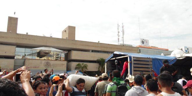 """Chiapas: """"Las lecciones de abajo"""", EZLN entrega víveres al magisterio en Tuxtla Gutiérrez."""