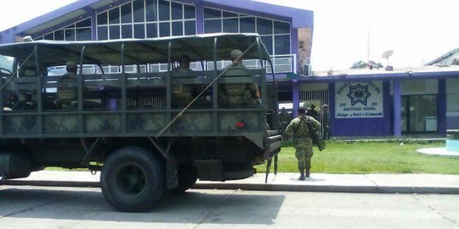 Policías y militares reciben protesta contra minería en Chiapas.