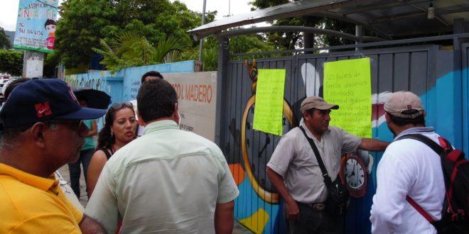 Tuxtla: Padres de familia toman secundaria para impedir su cierre, ante nula respuesta de la Secretaría de Educación.